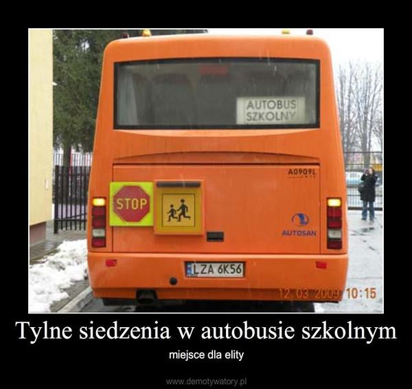 Tylne siedzenia w autobusie szkolnym – miejsce dla elity