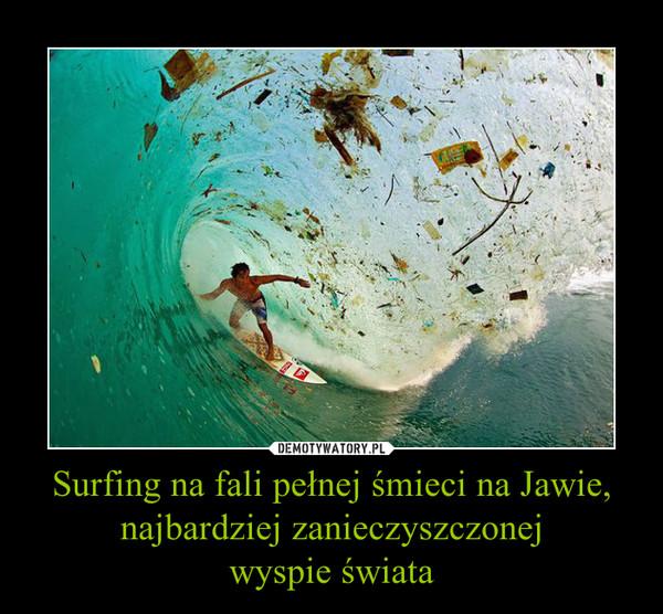 Surfing na fali pełnej śmieci na Jawie, najbardziej zanieczyszczonejwyspie świata –