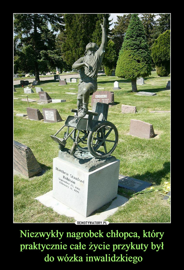 Niezwykły nagrobek chłopca, który praktycznie całe życie przykuty był do wózka inwalidzkiego –
