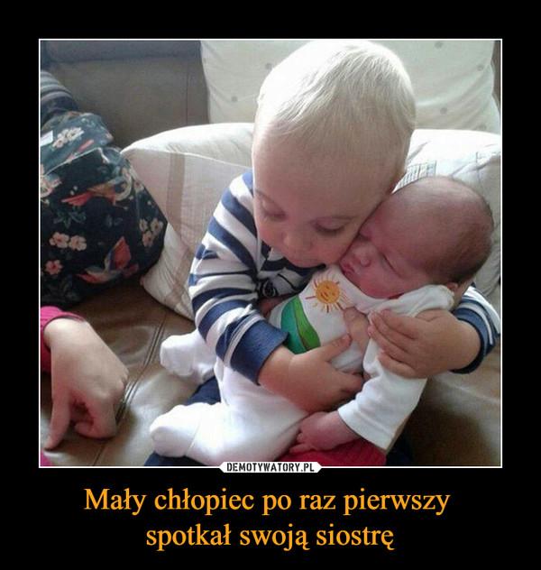 Mały chłopiec po raz pierwszy spotkał swoją siostrę –