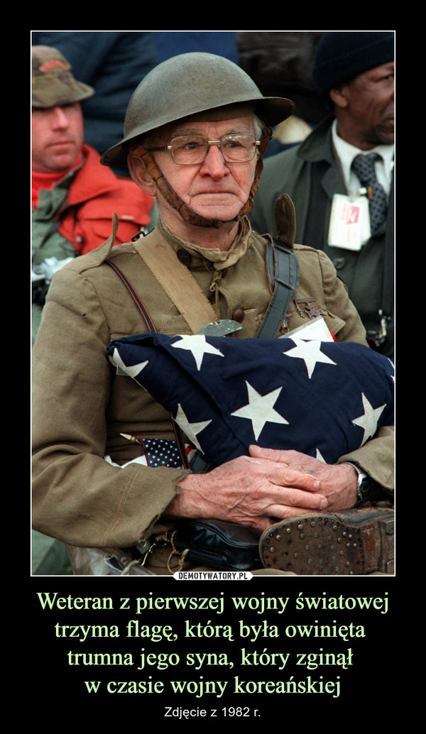 Weteran z pierwszej wojny światowej trzyma flagę, którą była owinięta trumna jego syna, który zginął w czasie wojny koreańskiej – Zdjęcie z 1982 r.