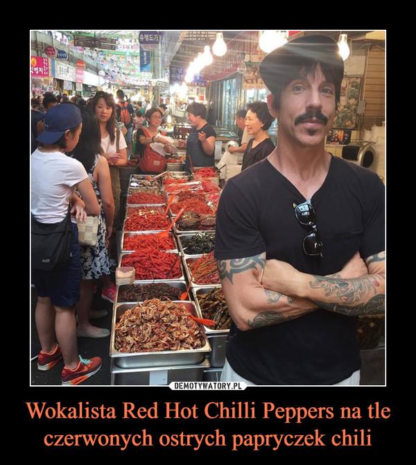Wokalista Red Hot Chilli Peppers na tle czerwonych ostrych papryczek chili –