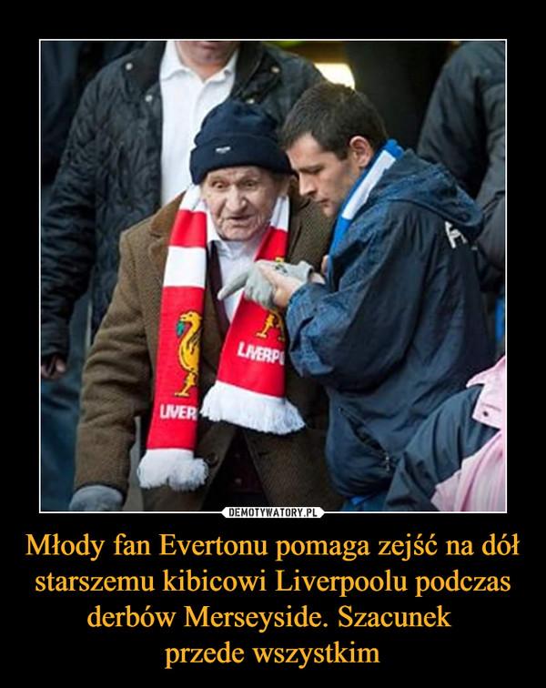 Młody fan Evertonu pomaga zejść na dół starszemu kibicowi Liverpoolu podczas derbów Merseyside. Szacunek przede wszystkim –
