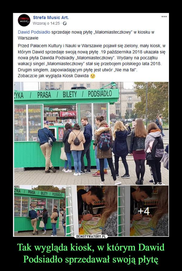 """Tak wygląda kiosk, w którym Dawid Podsiadło sprzedawał swoją płytę –  Strefa Music Art.Wczoraj o 14:25 ·Dawid Podsiadło sprzedaje nową płytę """"Małomiasteczkowy"""" w kiosku w WarszawiePrzed Pałacem Kultury i Nauki w Warszawie pojawił się zielony, mały kiosk, w którym Dawid sprzedaje swoją nową płytę .19 października 2018 ukazała się nowa płyta Dawida Podsiadły """"Małomiasteczkowy"""". Wydany na początku wakacji singel """"Małomiasteczkowy"""" stał się przebojem polskiego lata 2018. Drugim singlem, zapowiadającym płytę jest utwór """"Nie ma fal"""".Zobaczcie jak wygląda Kiosk Dawida"""