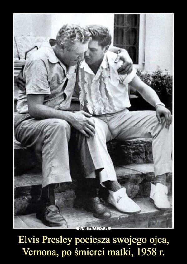 Elvis Presley pociesza swojego ojca, Vernona, po śmierci matki, 1958 r.