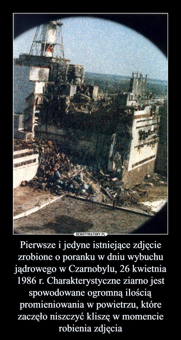 Pierwsze i jedyne istniejące zdjęcie zrobione o poranku w dniu wybuchu jądrowego w Czarnobylu, 26 kwietnia 1986 r. Charakterystyczne ziarno jest spowodowane ogromną ilością promieniowania w powietrzu, które zaczęło niszczyć kliszę w momencie robienia zdjęcia –