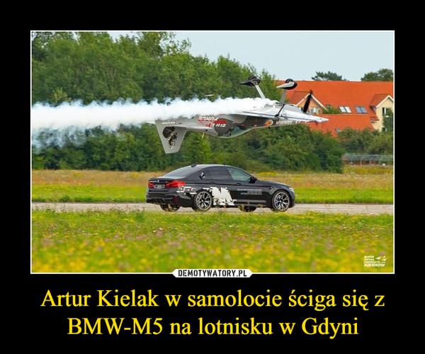 Artur Kielak w samolocie ściga się z BMW-M5 na lotnisku w Gdyni –