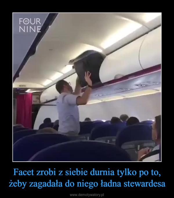Facet zrobi z siebie durnia tylko po to, żeby zagadała do niego ładna stewardesa –