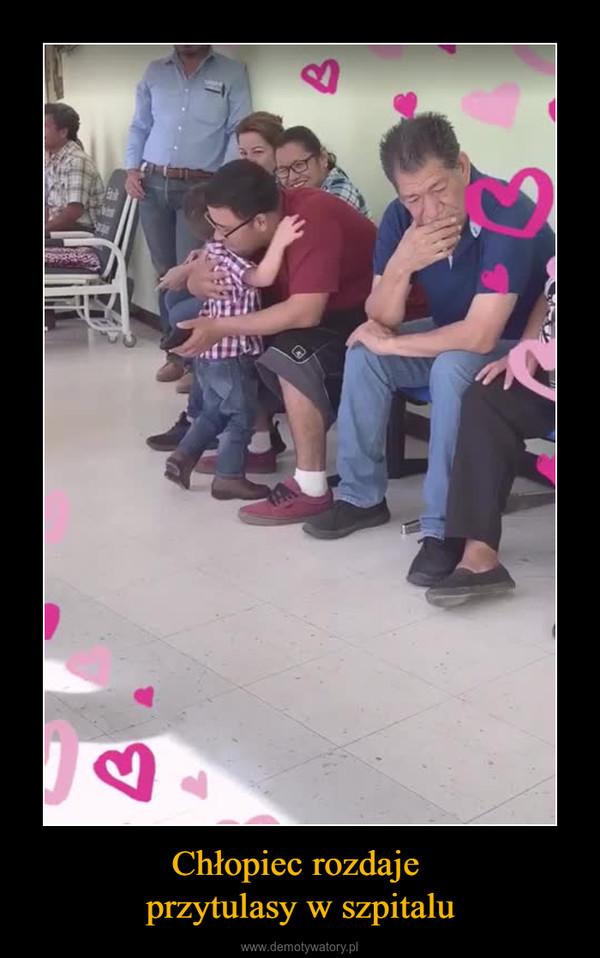 Chłopiec rozdaje przytulasy w szpitalu –