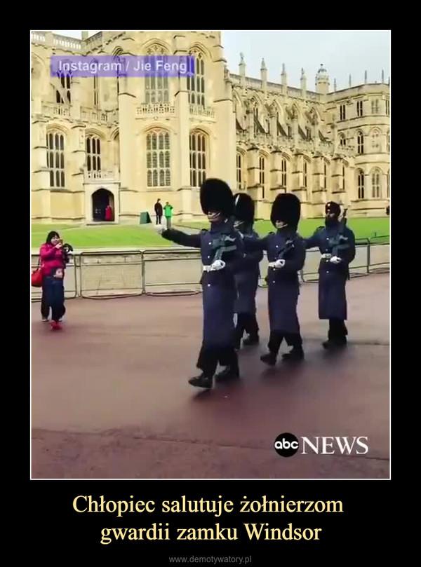 Chłopiec salutuje żołnierzom gwardii zamku Windsor –