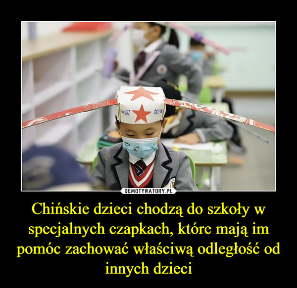 Chińskie dzieci chodzą do szkoły w specjalnych czapkach, które mają im pomóc zachować właściwą odległość od innych dzieci –