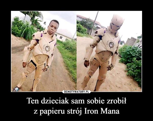 Ten dzieciak sam sobie zrobiłz papieru strój Iron Mana –