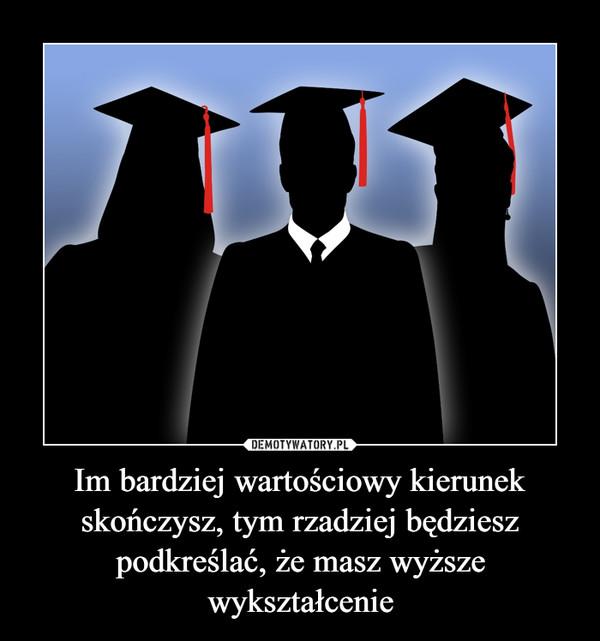 Im bardziej wartościowy kierunek skończysz, tym rzadziej będziesz podkreślać, że masz wyższe wykształcenie –