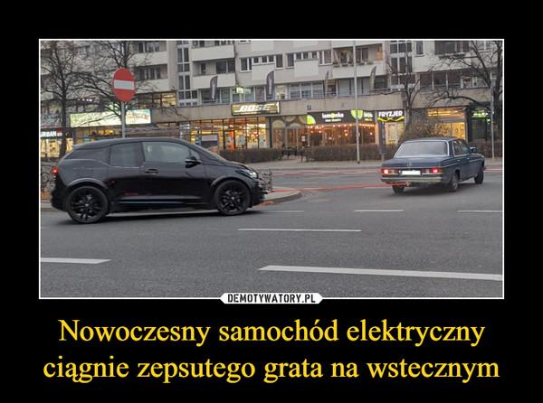 Nowoczesny samochód elektryczny ciągnie zepsutego grata na wstecznym –