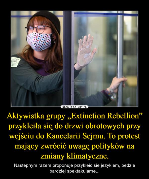 """Aktywistka grupy """"Extinction Rebellion"""" przykleiła się do drzwi obrotowych przy wejściu do Kancelarii Sejmu. To protest mający zwrócić uwagę polityków na zmiany klimatyczne. – Nastepnym razem proponuje przykleic sie jezykiem, bedzie bardziej spektakularne..."""